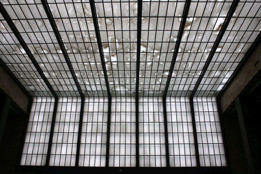 Florencja. Dworzec Santa Maria Novella. Fragment szklanej kaskady w westybulu. Jak można się przekonać z tej fotografii problemem było uszczelnienie szklanego dachu przed wodą. Fot. Jerzy S. Majewski