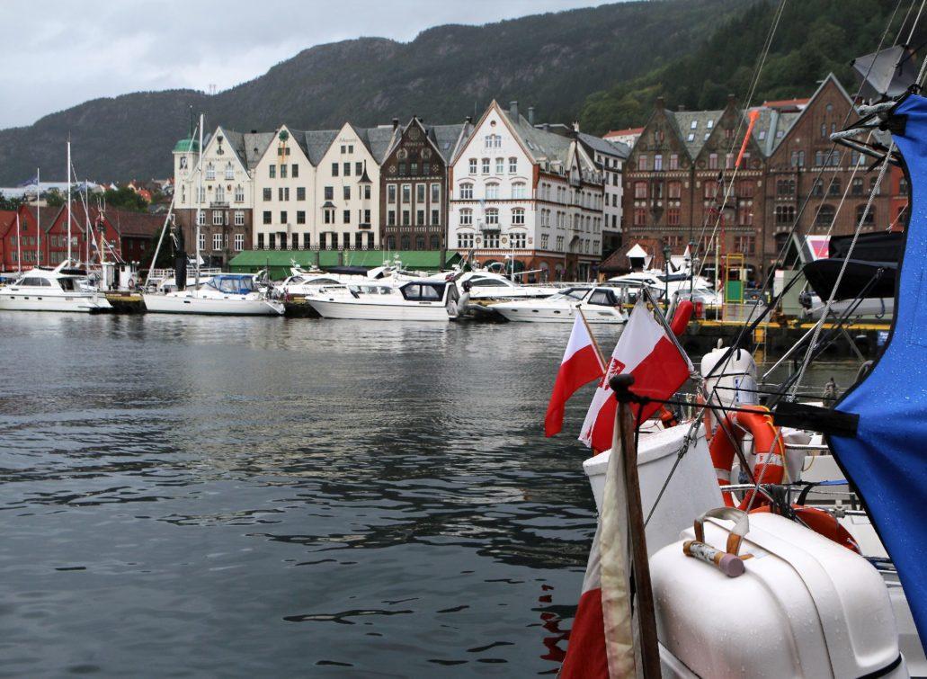 Bergen. Bryggen. Takie pierzeje wczesnomodernistycznych kamienic wzniesiono w miejscu dawnej zabudowy hanzeatyckiej w latach 1907-1912. Fot. Jerzy S. Majewski
