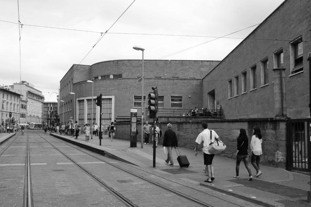 Widok bocznej, kamiennej elewacji dworca SMN z urzędem pocztowym od strony Via Luigi Alamanni. Fot. Jerzy S. Majewski