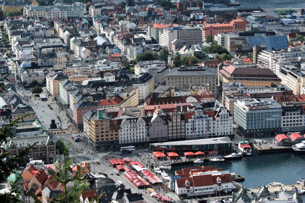 """Bergen. Widok ogólny na centrum miasta. Z lewej plac Torgallmenningen. W lewym górnym rogu placu widać czerwony napis """"Sundt"""". Fot. Jerzy S. Majewski"""
