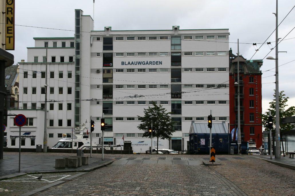 """Bergen, Budynek magazynowo-biurowy w porcie """"Blaauwgården"""", Sundts gate 1, Dziś biurowiec. Projekt Leif Grung. 1936. Fot. Jerzy S. Majewski"""