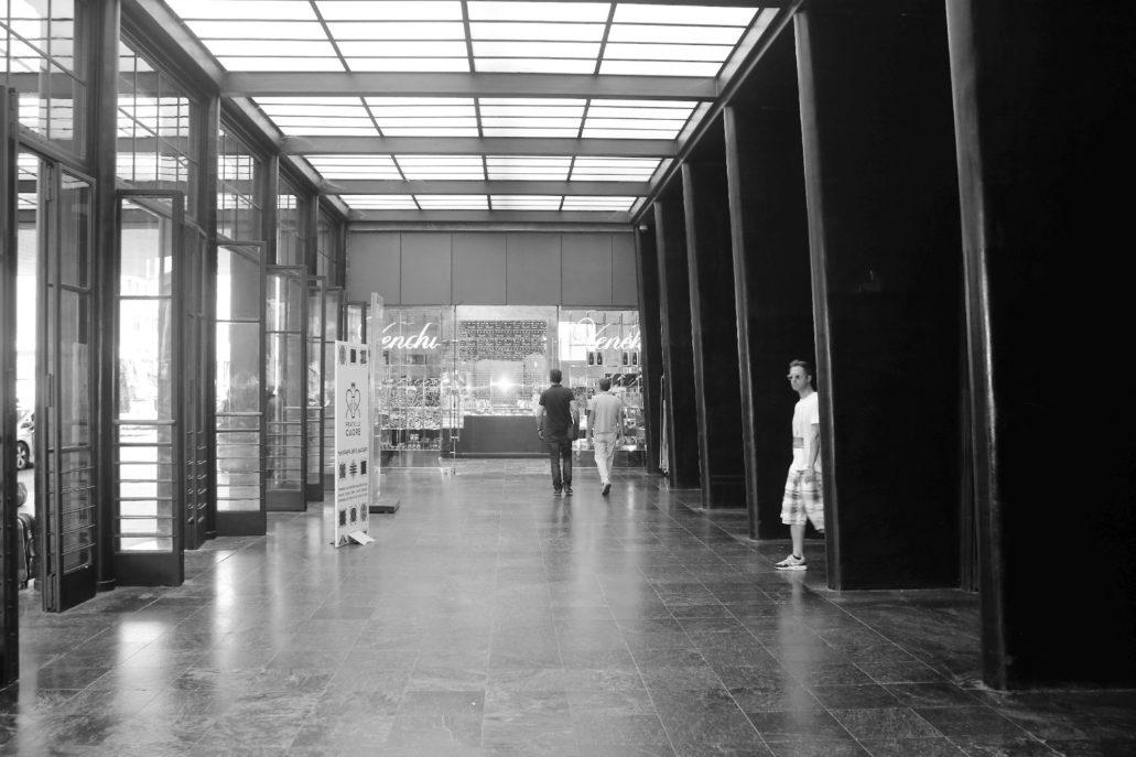 Florencja. Dworzec Santa Maria Novella. Wnętrze westybulu. Stalowa konstrukcja świetlika wsparta jest na pełnych elegancji filarach obłożonych czarnym lastrico. Fot. Jerzy S. Majewski