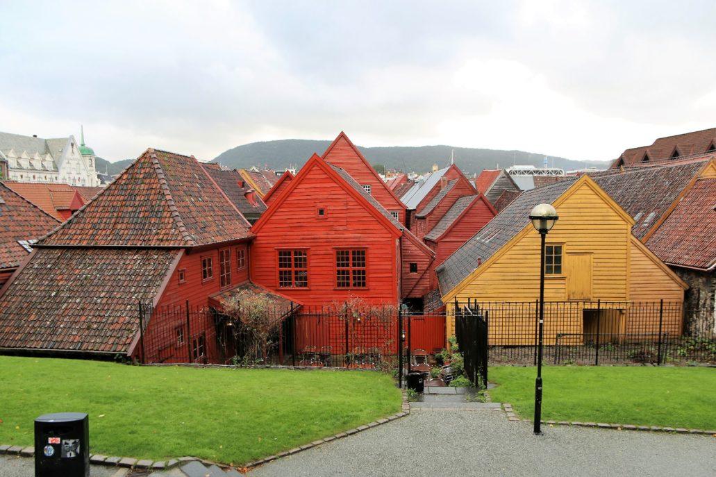 Bergen. Bryggen. Dachy oficyn i domów na zapleczu domów frontowych. Fot. Jerzy S. Majewski
