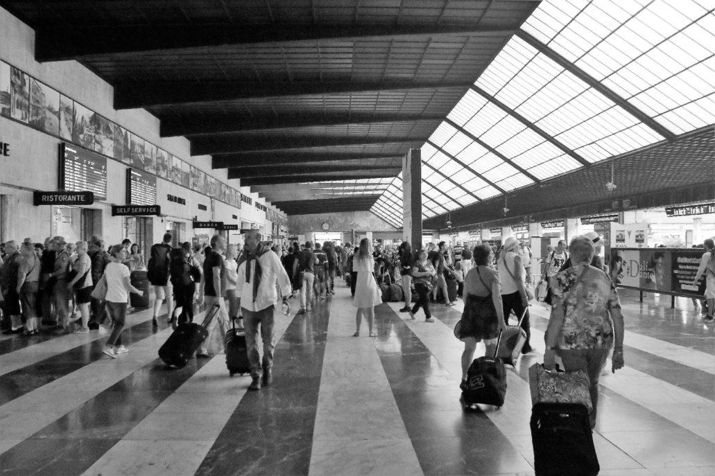 Florencja. Dworzec Santa Maria Novella. Główna hala z częściowo szklanym dachem. Z prawej widać wyjścia na perony. Fot. Jerzy S. Majewski