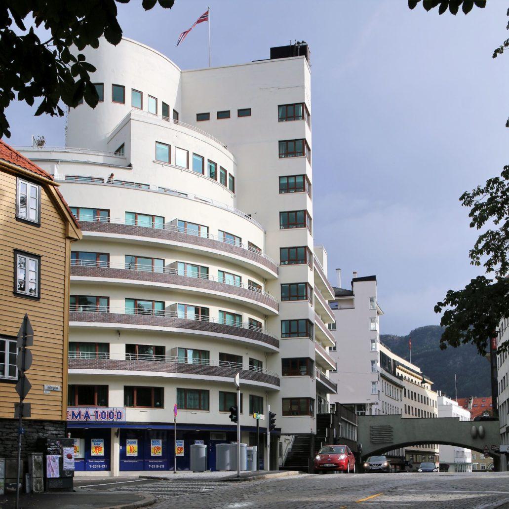 """Bergen. Widok na kompleks mieszkaniowy """"Kalmarhuset"""" zrealizowany wg projektu Leifa Grunga w 1936 r. przy Jon Smørs gate."""