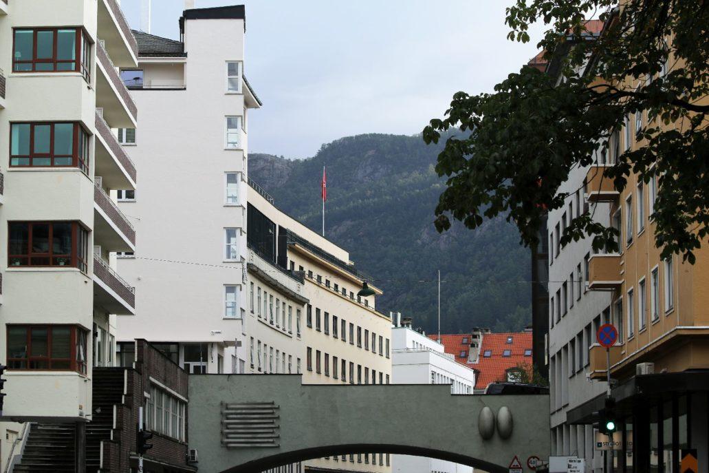 """Bergen. Jon Smørs gate. Architekt Leif Grung miał ambicje urbanisty dążącego do modernizacji układu drogowego w Bergen. Widać to w założeniu biegnącej obok """"Kalmarhuset"""" ulicy Jon Smørs gate, z którą na wiadukcie przecina się bezkolizyjnie ulica Markeveien. Jest to rozwiązanie wyraźnie wzorowane na sztokholmskim skrzyżowaniu ulic z wiaduktem Malmskillnadsbron z 1911 r. Fot. Jerzy S. Majewski"""