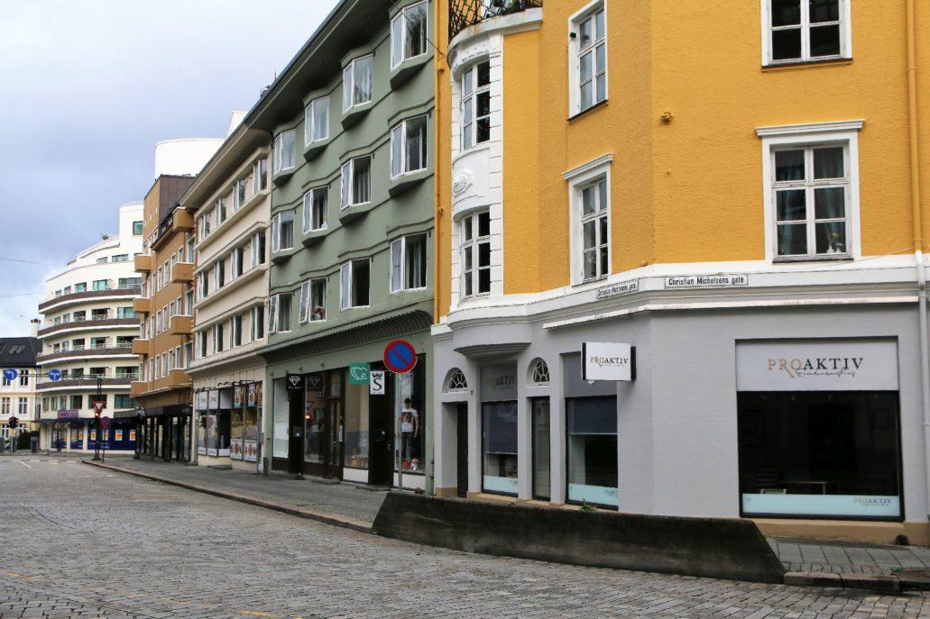"""Bergen. Zabudowa kamieniczna z lat 30. XX w. przy Michelsens gate. W tle """"Kalmarhuset"""" projektu Leifa Grunga."""
