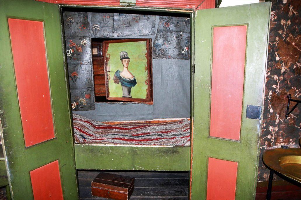 Bergen, Bryggen, Finnegarden 2a, Muzeum Hanzeatyckie (Det Hanseatiske Museum) W takim, jednoosobowym łóżku spał kupiec. Obowiązywał celibat i musiał się on zadowolić takim oto nieporadnym wizerunkiem damy. Fot. Jerzy S. Majewski