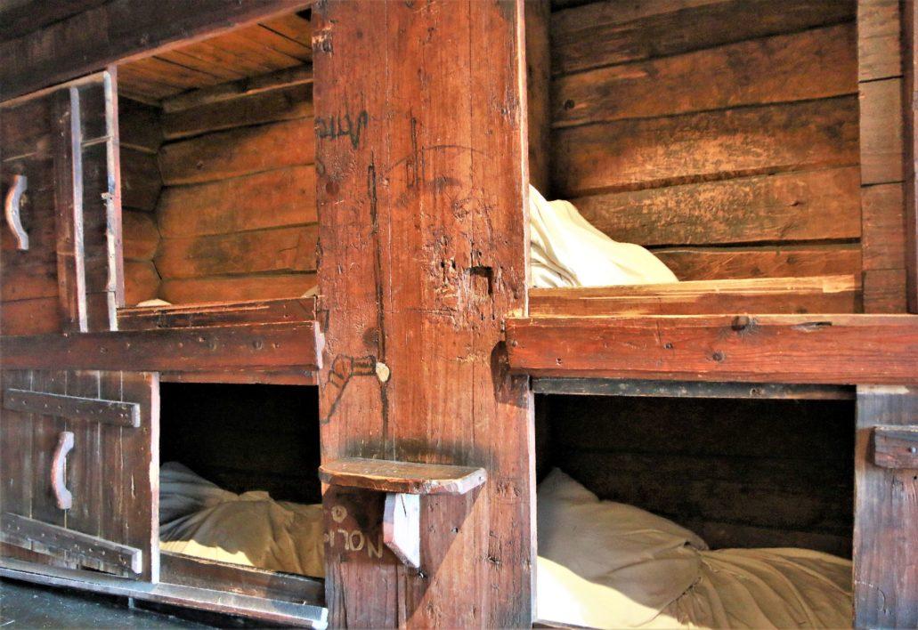 Bergen, Bryggen, Finnegarden 2a, Muzeum Hanzeatyckie (Det Hanseatiske Museum). Piętrowe łóżka – schowki dla praktykantów. Praktykanci spali w nich po dwóch na siedząco zwróceni do siebie. Fot. Jerzy S. Majewski