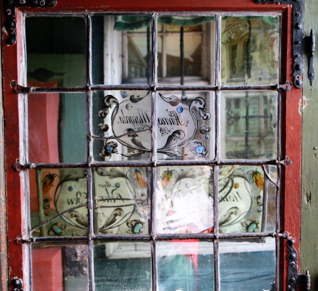 Bergen, Bryggen, Finnegarden 2a, Muzeum Hanzeatyckie (Det Hanseatiske Museum) Kantor kupca hanzeatyckiego w Bergen prawie nie różniło się od podobnych kantorów wydzielonych drewnianymi ścianami z oknem w kamienicach kupców w Prusach Królewskich. Na zdjęciu szyba kantoru. Fot. Jerzy S. Majewski
