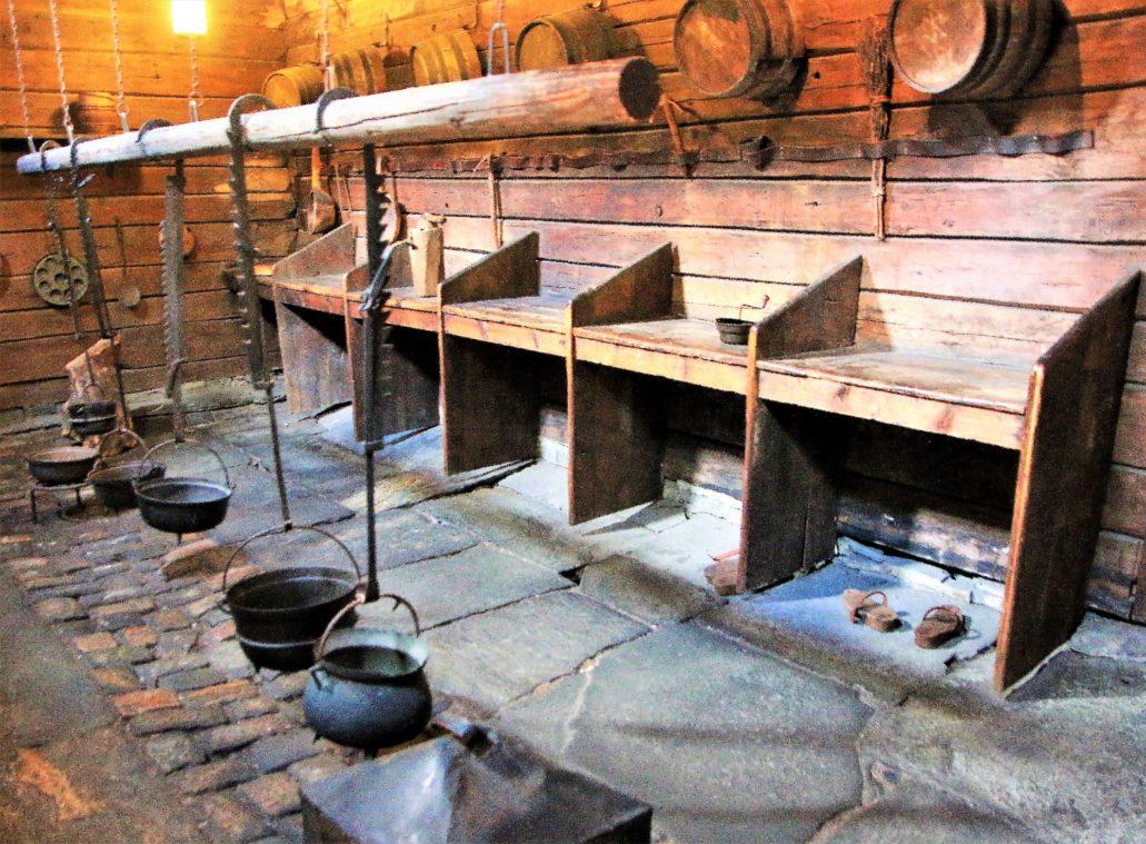 Bergen. Bryggen. W kuchni mieszczącej się w Schøtstuene, każdy dom miał przypisane własne palenisko. Tylko tutaj dozwolone było użycie otwartego ognia. Fot. Jerzy S. Majewski