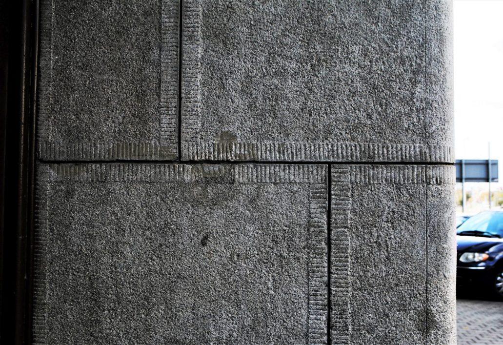 Warszawa. Fragment tynków imitujących kamienne ciosy w przejeździe bramnym kamienicy przy Zamoyskiego 26A. Projekt Józef Napoleon Czerwiński 1936-1937. Fot. Jerzy S. Majewski