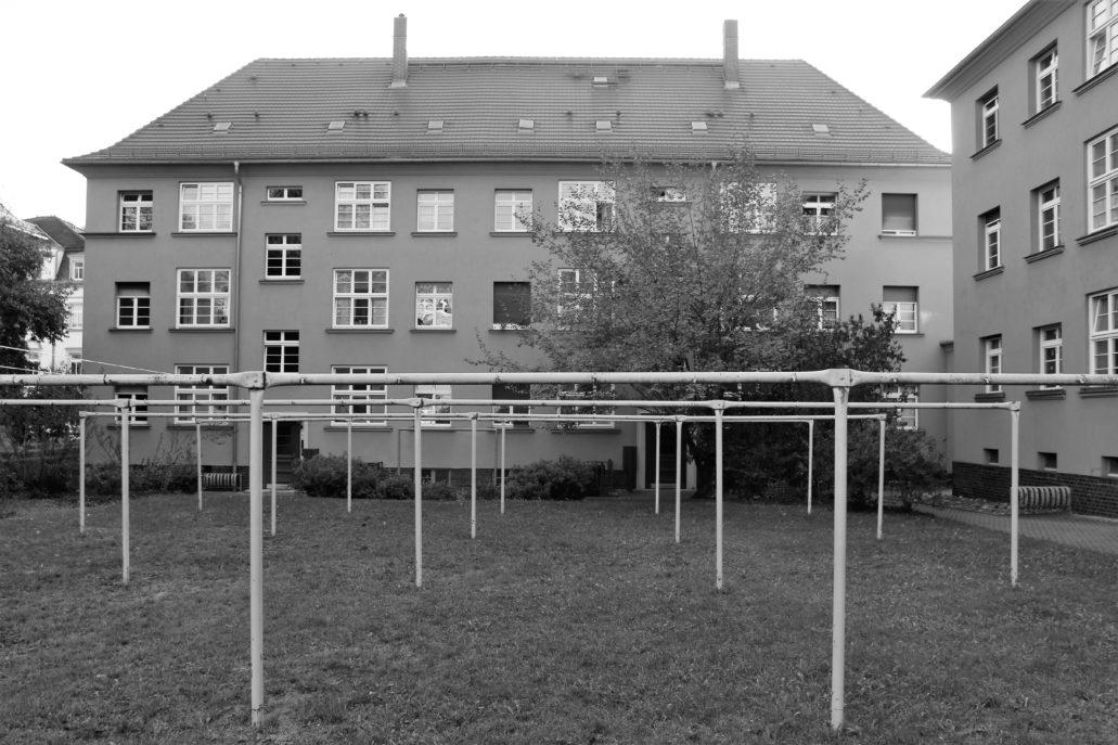 Drezno. Wohnhof Eisenbahnergenossenschaft. Elewacje krótszych bloków widziane od strony wewnętrznego dziedzińca. Warto zwrócić uwagę na zróżnicowane rozmiary okien. Na pierwszym planie konstrukcje służące do wieszania prania. Fot. Jerzy S. Majewski