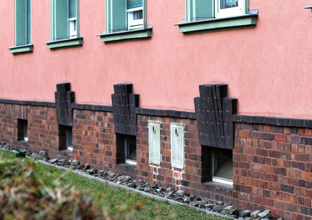 Drezno. Wohnhof Eisenbahnergenossenschaft. Ceglana dekoracja ekspresjonistyczna w postaci przeskalowanych klińców nad okienkami piwnicznymi. Fot. Jerzy S. Majewski