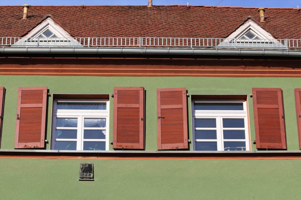 Drezno. Wohnhof Eisenbahnergenossenschaft. Uwagę zwracają okiennice identycznie malowane we wszystkich budynkach. Fot. Jerzy S. Majewski