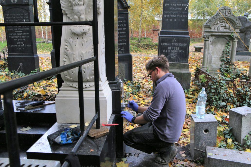 Warszawa. Cmentarz Żydowski. Konserwator Damian Pisarski w czasie pracy przy pomniku Bergsona