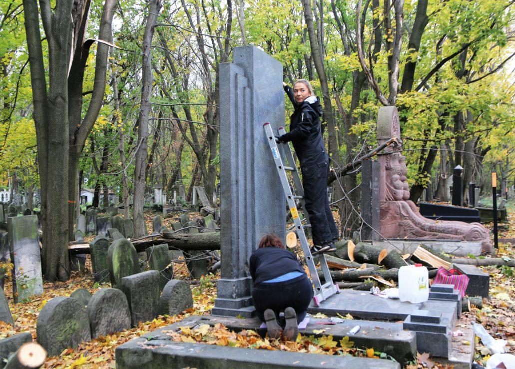 Prace konserwatorskie przy grobowcu Izesławy i Salomona Mintzów, zaprojektowanego w latach 30. XX w. przez Abrahama Ostrzegę. Fot. Jerzy S. Majewski