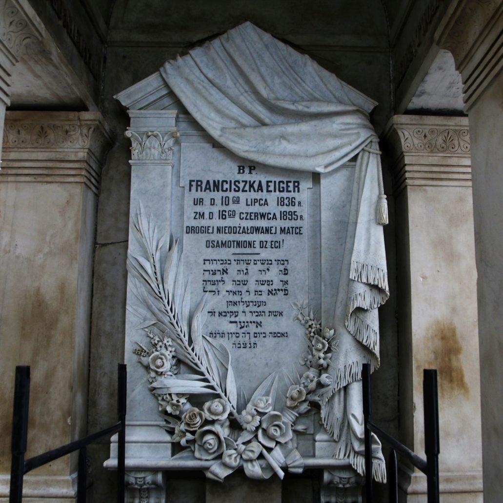 Fot. Warszawa. Cmentarz Żydowski. Tablica pod sklepieniem odrestaurowanego grobowca Franciszka Eigera zmarłego w 1895 r. Fot. Jerzy S. Majewski