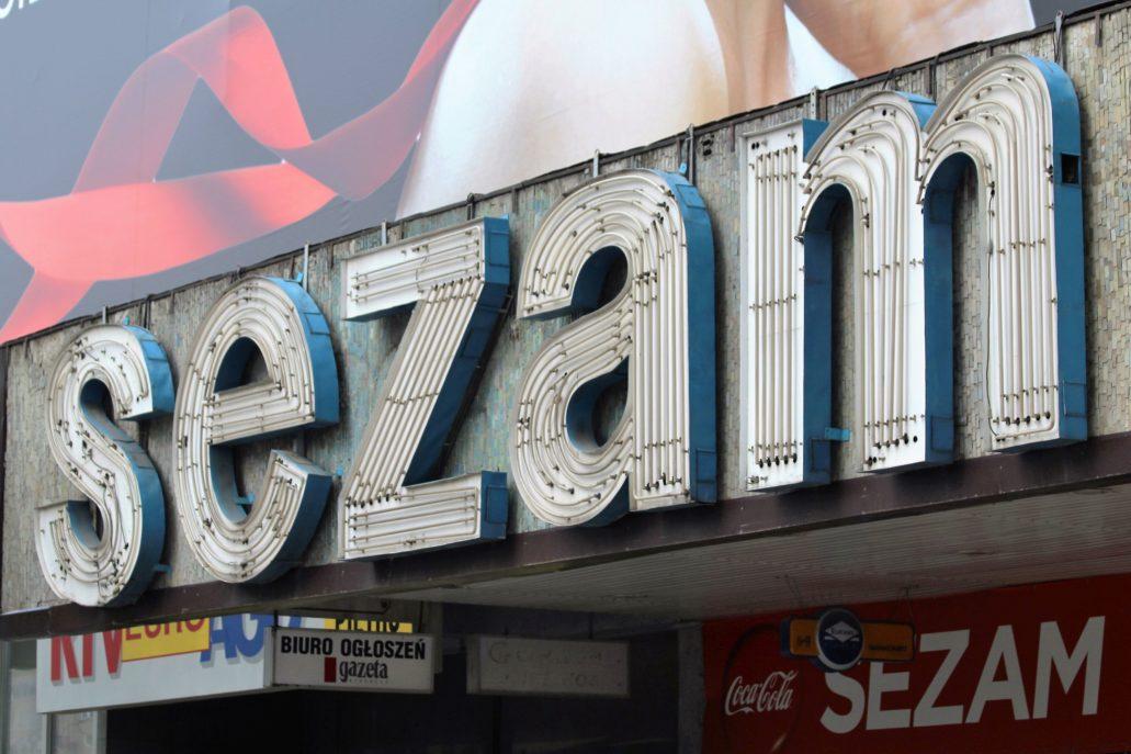 """Warszawa. Neon z napisem """"Sezam"""" tuż przed rozbiórką Domu Handlowego. Napis nałożony był na tło z mozaiki. Fot. Jerzy S. Majewski"""