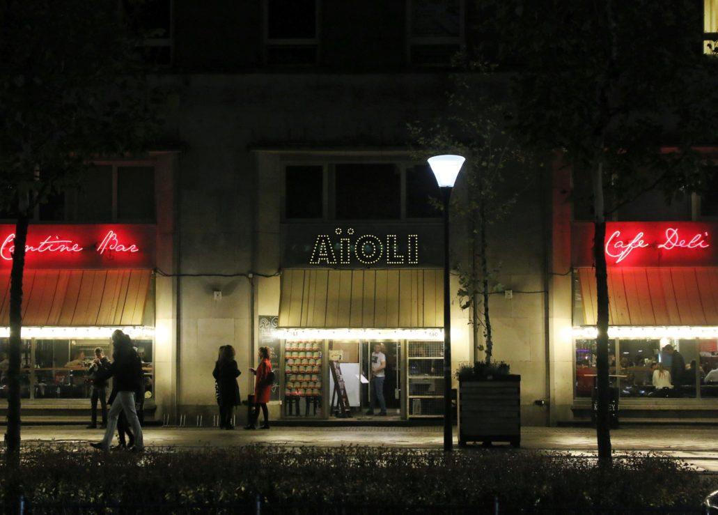 Warszawa. Świętokrzyska 18. Reklama nad neonami restauracji AïOLI. Fot. Jerzy S. Majewski