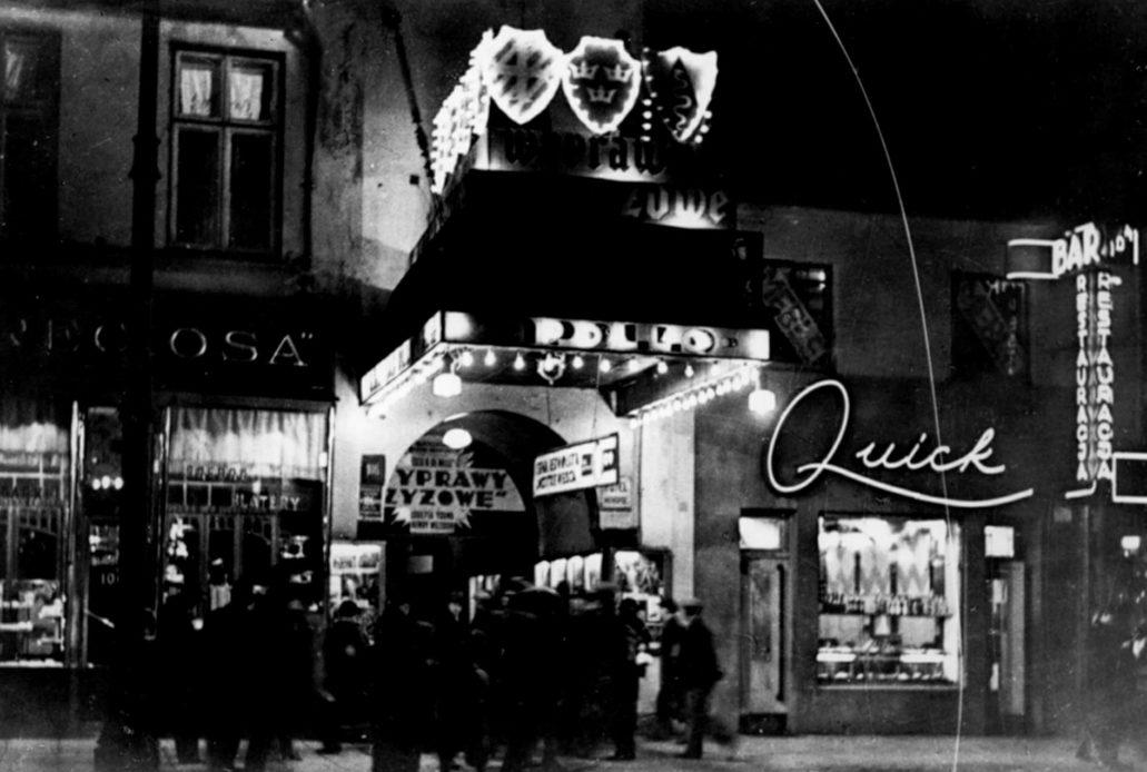 Warszawa. Neon baru Quick przy Marszałkowskiej 104 w latach 30. XX w. Obok, z lewej oświetlone wejście do kina Apollo przy Marszałkowskiej 106.