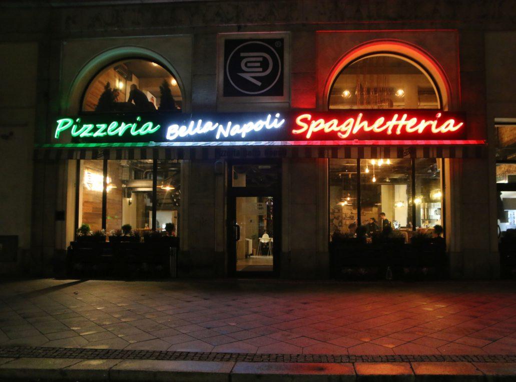 """Warszawa. Świętokrzyska 14. Trójkolorowy neon nad """"Pizzeria Bella Napoli Spaghetteria"""". Fot. Jerzy S. Majewski"""