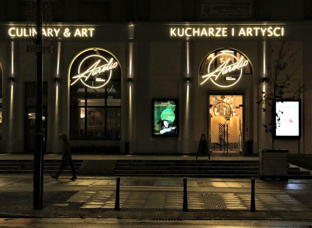 """Warszawa. Świętokrzyska 14. Imitująca neon reklama restauracji artystycznej """"Aurelio"""". Fot. Jerzy S. Majewski"""