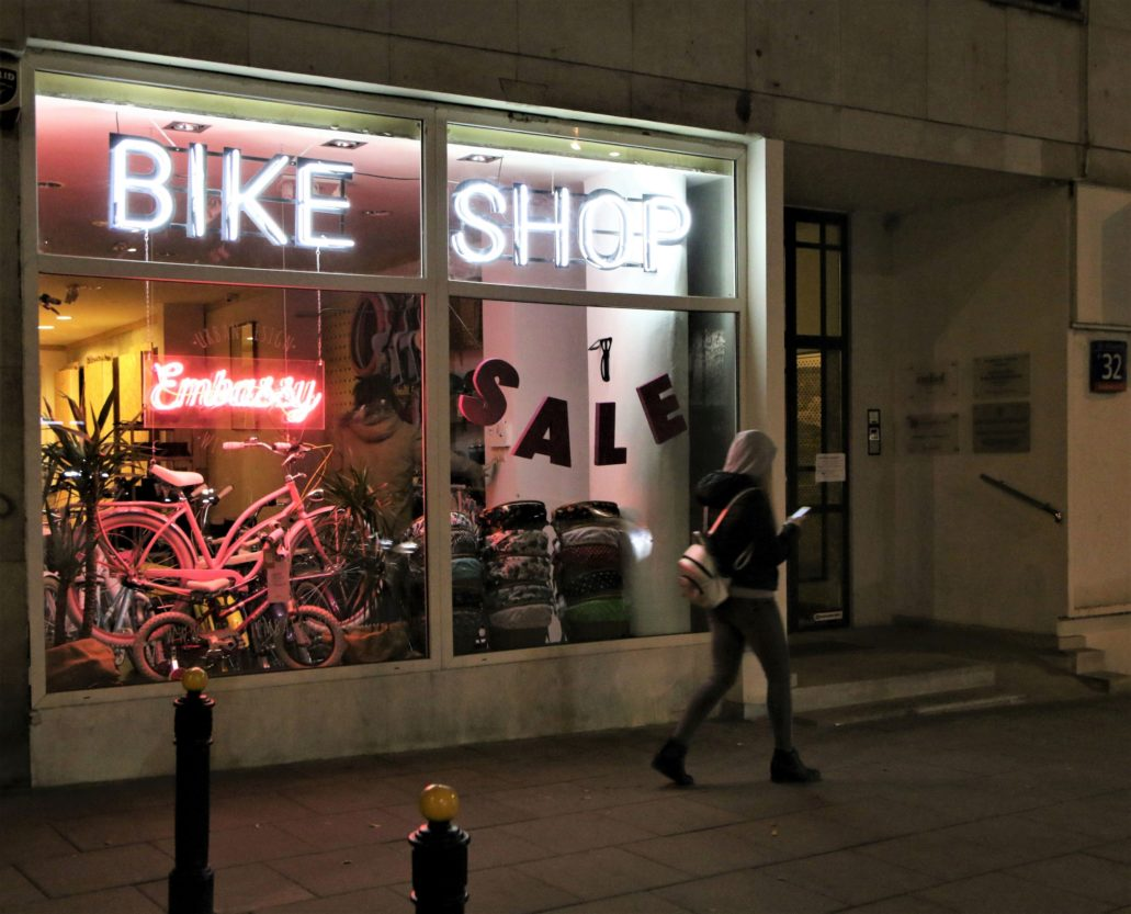 Warszawa. Neon sklepu rowerowego przy Kopernika 32, zamykający od wschodu perspektywę Świętokrzyskiej. Fot. Jerzy S. Majewski