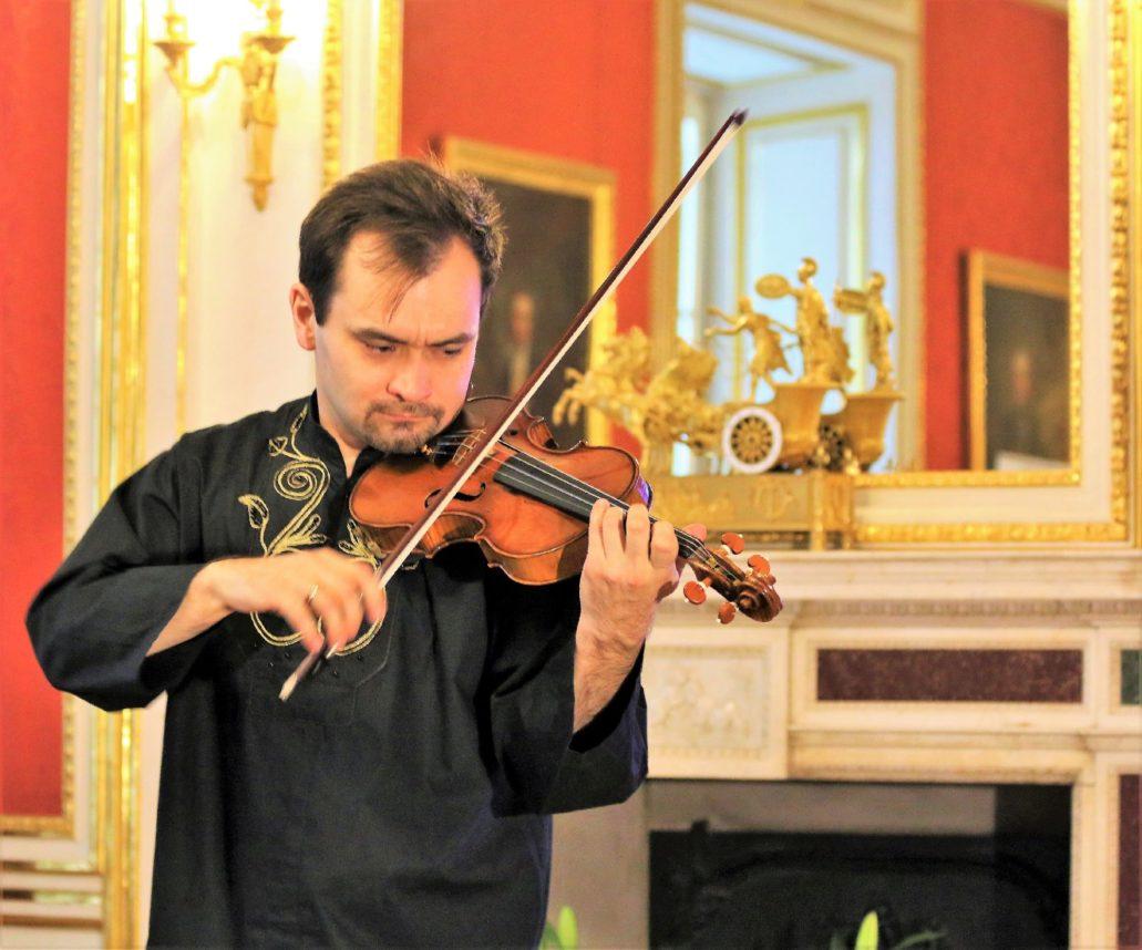 anusz Wawrowski, laureat wielu międzynarodowych konkursów skrzypcowych gra na instrumencie Stradivariego z 1685 r. Przez wiele lat egzemplarz ten znajdował się w rękach prywatnych, a koncerty na nim wykonywano raz do roku. Fot. Jerzy S. Majewski