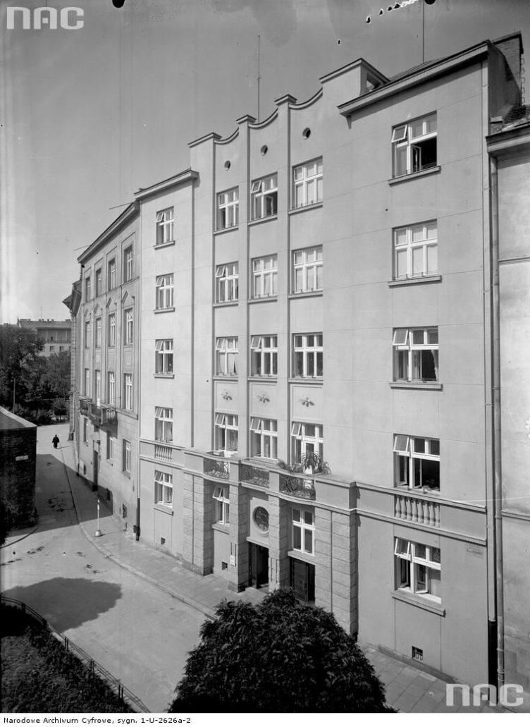 """Kraków. Kamienica KKO przy św. Marka 8. Projekt Franciszek Tadanier. Fasada zwieńczona stylizowaną attyką. Przypominała ona nieco usunięta przez Niemców w czasie okupacji attykę gmachu Tow. Ubezpieczeniowego """"Feniks"""" przy Rynku Głównym, zaprojektowanego przez Adolfa Szyszko-Bohusza (1928-1932) Widok z ok. 1939 r. Fot. Narodowe Archiwum Cyfrowe 03."""