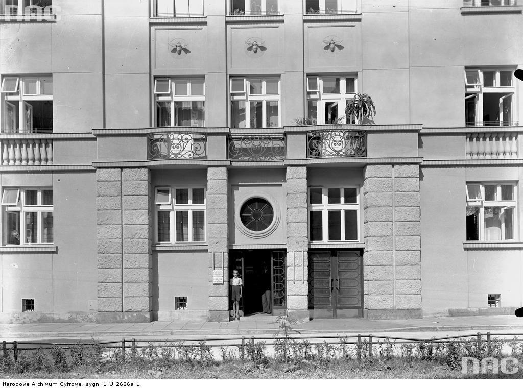 Kraków. Kamienica KKO przy św. Marka 8. Projekt Franciszek Tadanier. Fragment partii cokołowej budynku z portalem głównego wejścia. Widok z ok. 1939 r. Fot. Narodowe Archiwum Cyfrowe. Trzy