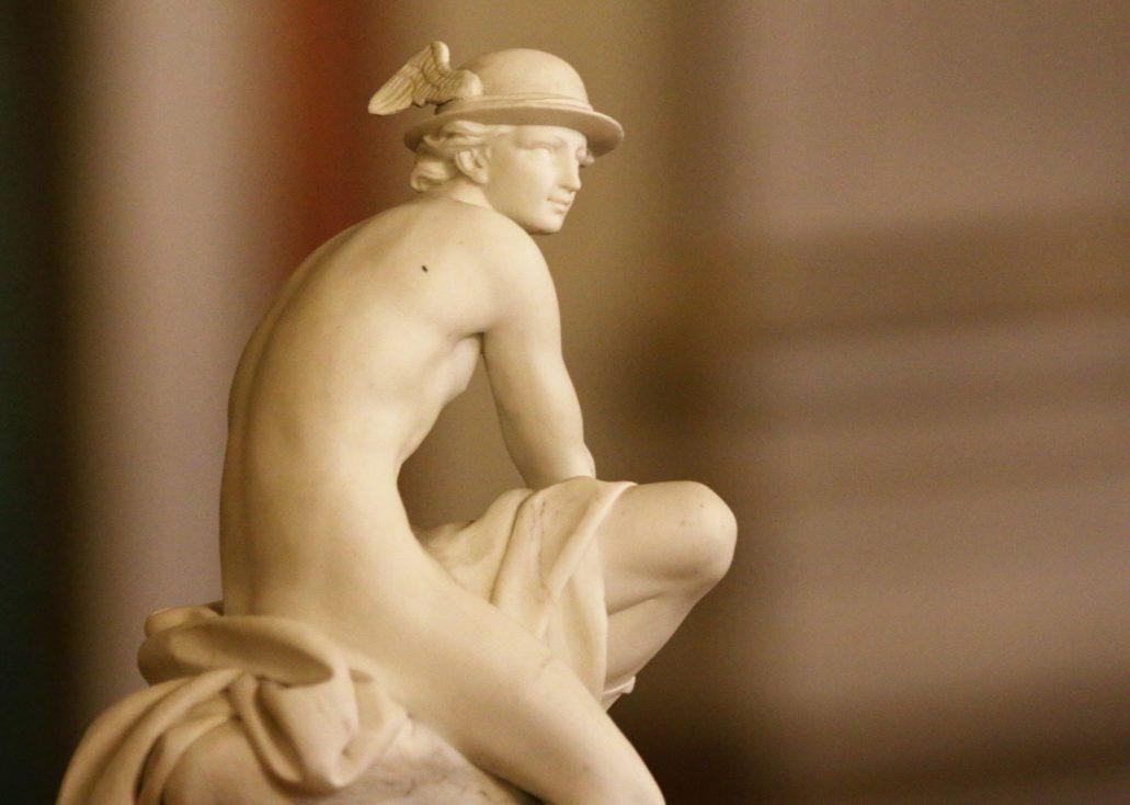 Warszawa. Zamek Królewski. Siedzący Merkury wg modelu Jeana-Baptiste'a Pigalle'a. Figurka z biskwitu 1770-1780. Fragment