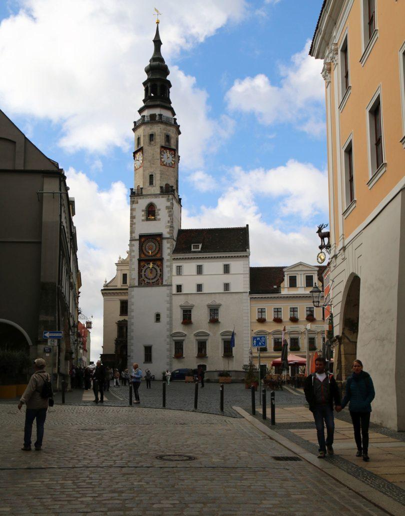 Görlitz. Untermarkt 6/8. Budynek starego Ratusza. Widoczny na zdjęciu zegar ratuszowy z dwiema tarczami to też dzieło renesansu z 1524 r. Jak można przeczytać na tablicy informacyjnej przed budynkiem, Bartolomäus Scultetus zmienił go na 12-godzinny i połączył ze znajdującym się wyżej zegarem faz księżyca. Fot. Jerzy S. Majewski