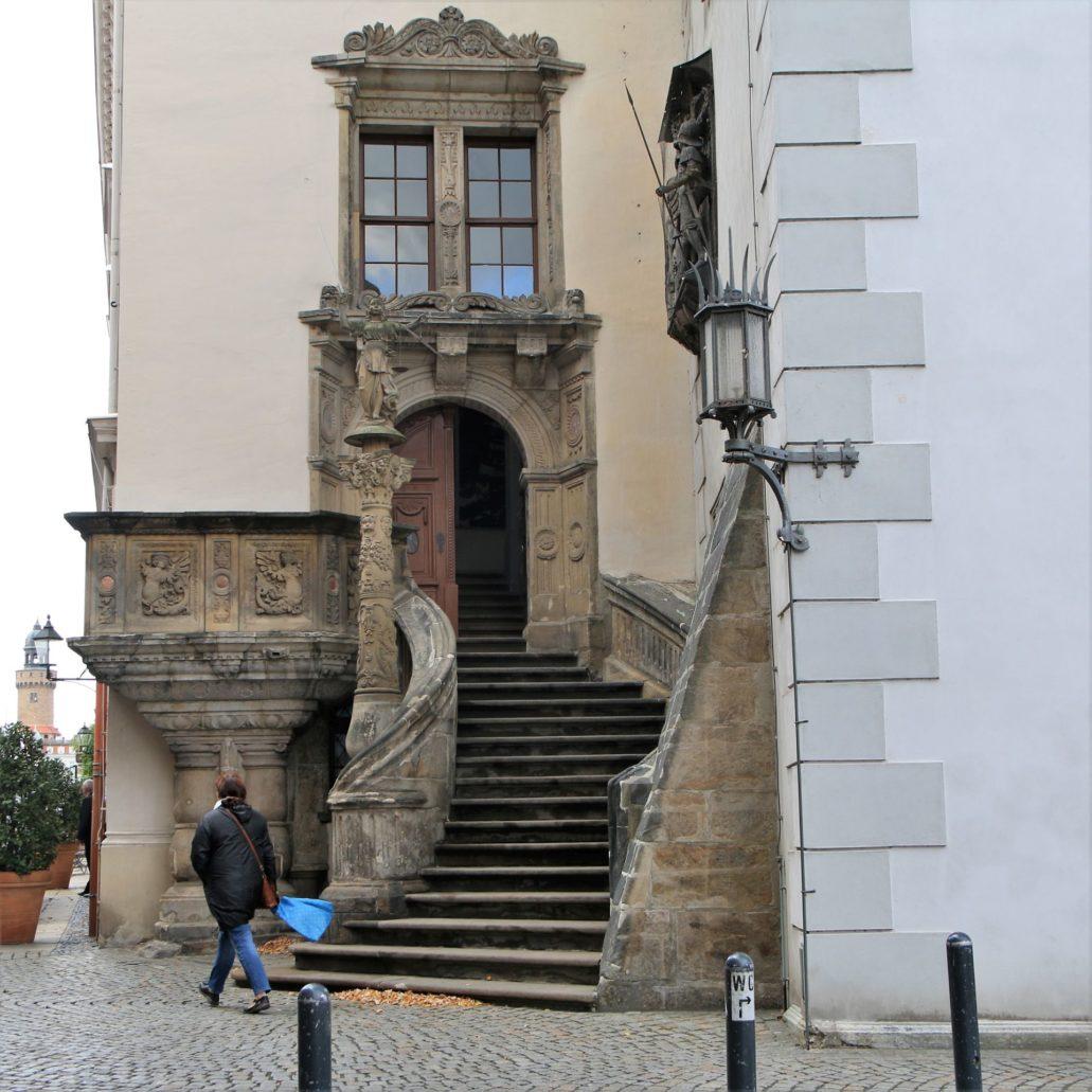 Görlitz. Untermarkt. Renesansowe schody z amboną, kolumna i portal do budynku Starego Ratusza. Fot. Jerzy S. Majewski