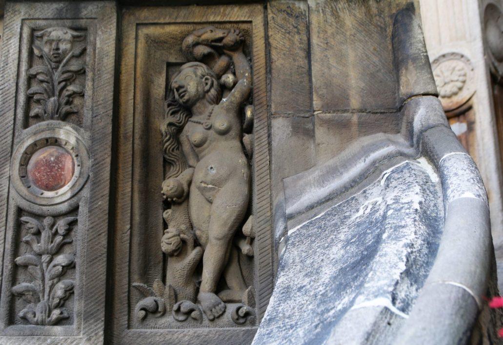 Görlitz. Untermarkt. Fragment balustrady z ambony przy schodach do ratusza. Ewa zrywająca rajskie jabłko. Na zdjęciu widać, że balustrada była pierwotnie malowana. Fot. Jerzy S. Majewski