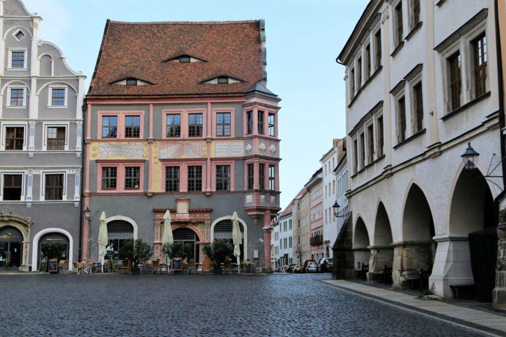 Görlitz. Untermarkt 24. Budynek apteki ratuszowej. Za parasolami widać efektowny portal. Został on jednak częściowo odsłonięty w trakcie prac konserwatorskich już po upadku NRD. Z boku od ulicy Peterstraße wieńczą go szczyty. Częściowo zachowały się renesansowe wnętrza budynku przebudowanego w 1558 r. Fot. Jerzy S. Majewski