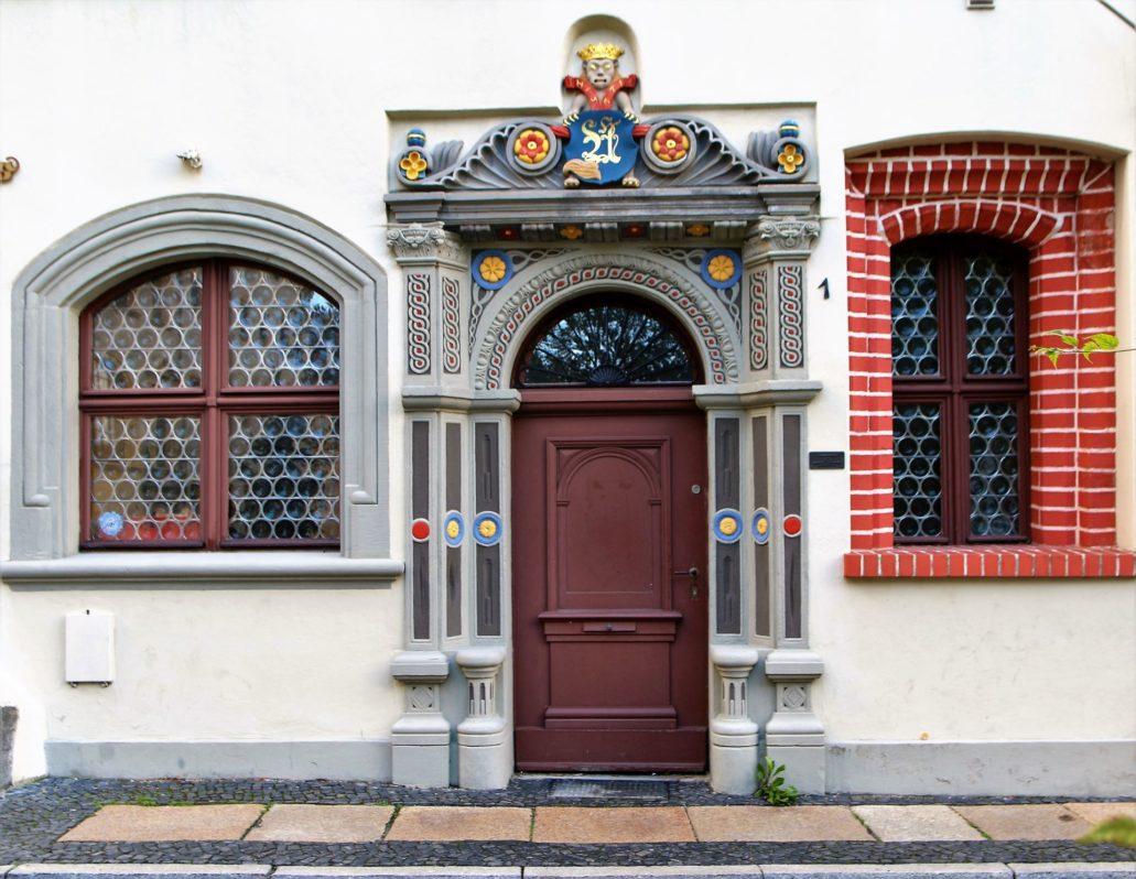 Görlitz. Langenstraße 1. Portal z 1571 r. Malowanie udaje m.in. szlachetne kamienie. Fot. Jerzy S. Majewski