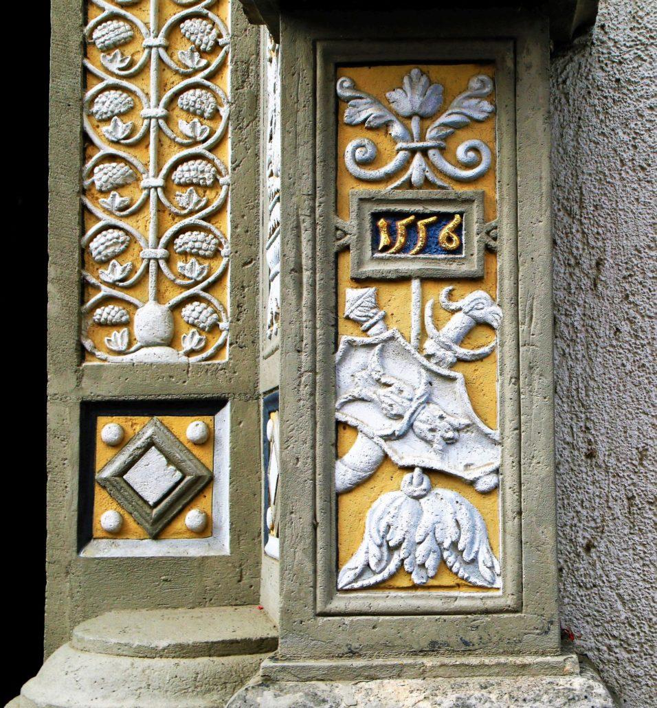Görlitz. Peterstraße. Renesansowy detal portalu z panopliami i datą 1556. Fot. Jerzy S. Majewski