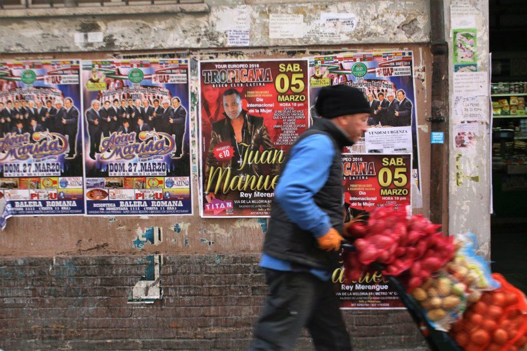 Rzym. Przed targowiskiem Nuovo Mercato Esquilino od strony via Principe Amadeo. Fot. Jerzy S. Majewski