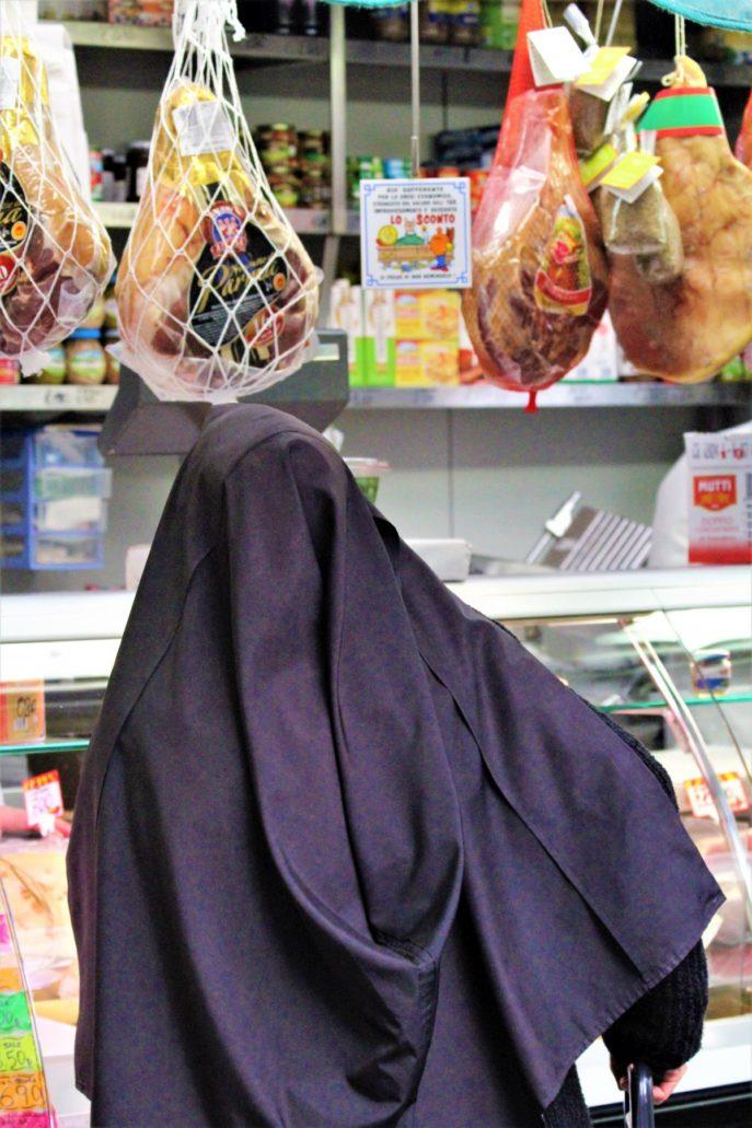 Rzym. Siostra zakonna na porannych zakupach na targowisku Nuovo Mercato Esquilino. Fot. Jerzy S. Majewski