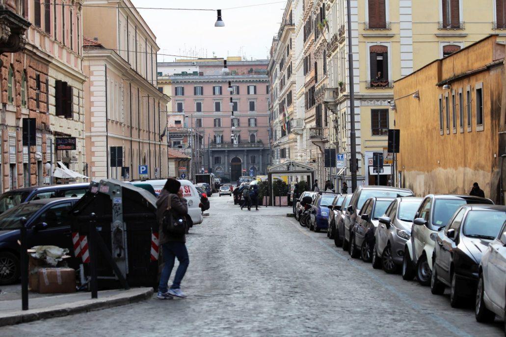 Rzym. Via Principe Amadeo. To na końcu tej ulicy (na zdjęciu po lewej) w dawnych koszarach znajduje się tagowisko Nouvo Mercato Esquilino. Fot. Jerzy S. Majewski