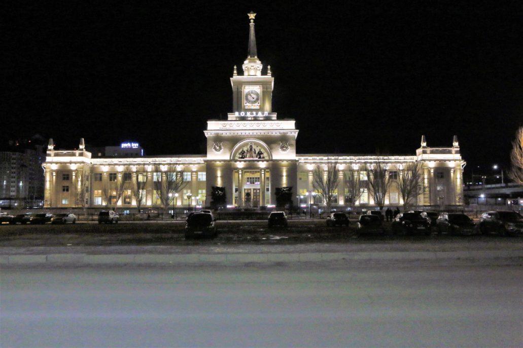 Wołgograd. Nocna iluminacja fasady dworca kolejowego. Fot. Jerzy S. Majewski