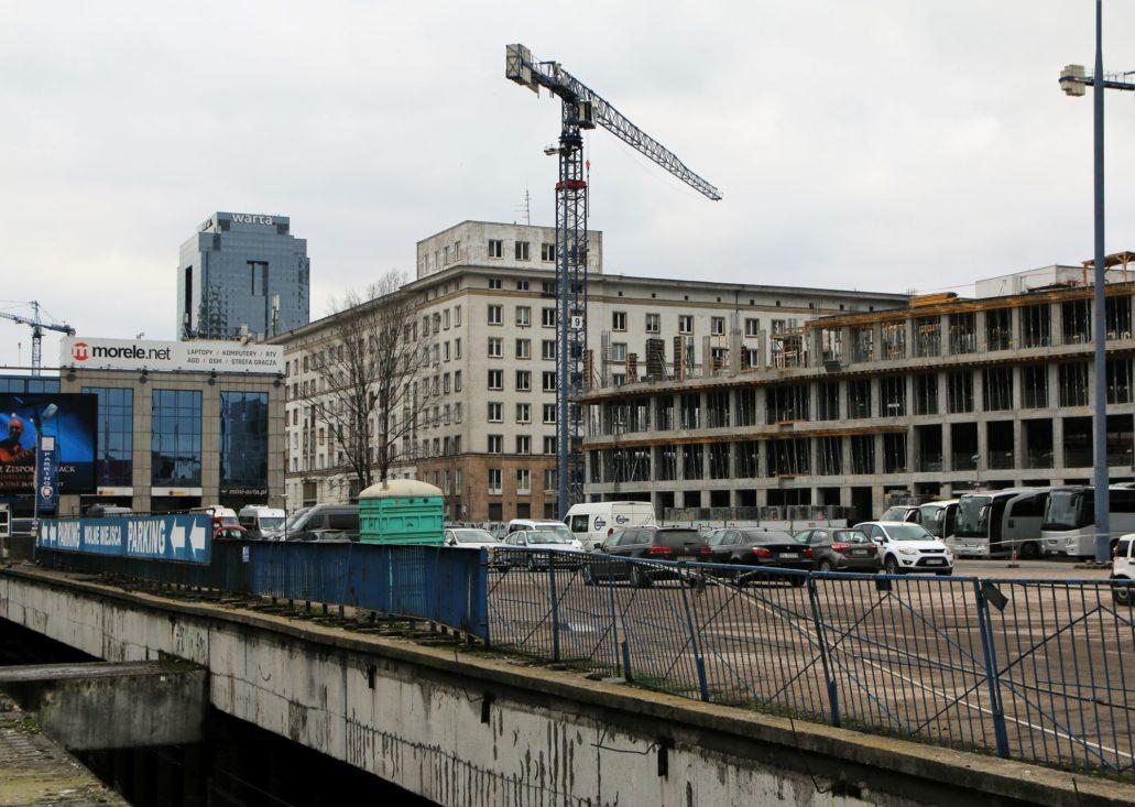 Warszawa. Blok kolejarski nadal pozostaje częściowo widoczny od strony Al. Jerozolimskich. Fot. Jerzy S. Majewski