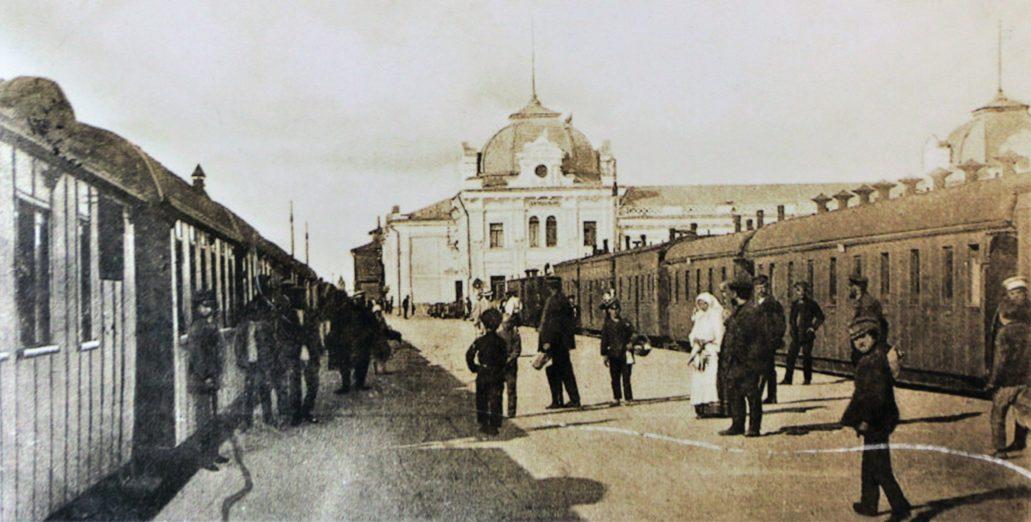 Carycyn. Peron dworca kolejowego. W głębi widać budynek, na miejscu którego wznosi się obecny dworzec w Wołgogradzie. Zdjęcie z planszy w hali dworca wołgogradzkiego