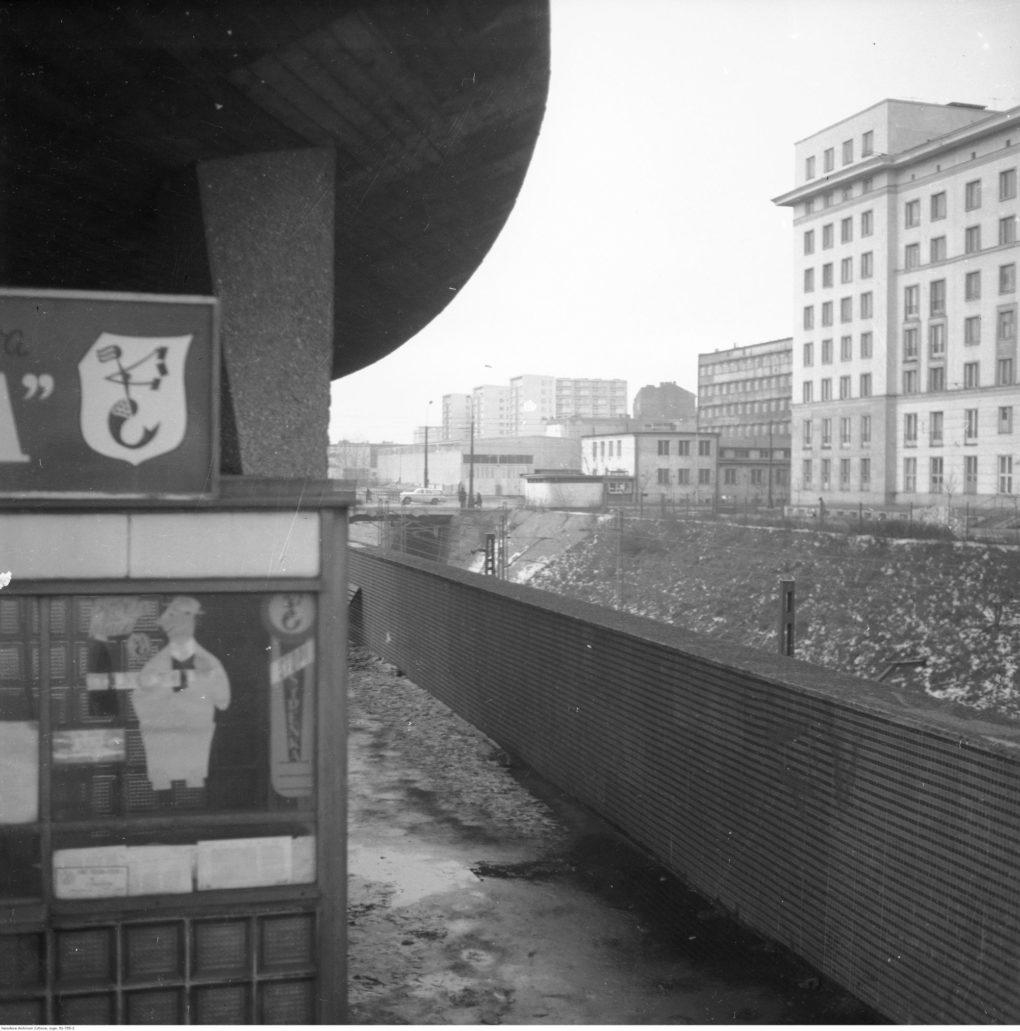 Warszawa. Fragment bloku kolejarskiego przy Chmielnej 35. Na zdjęciu widać wykop kolejowy oraz w głębi budynki przedwojennego Dworca Pocztowego, rozebranego przed kilku laty. Z lewej fragment wiaty nad wejściem na stację WKD. Fot. Narodowe Archiwum Cyfrowe