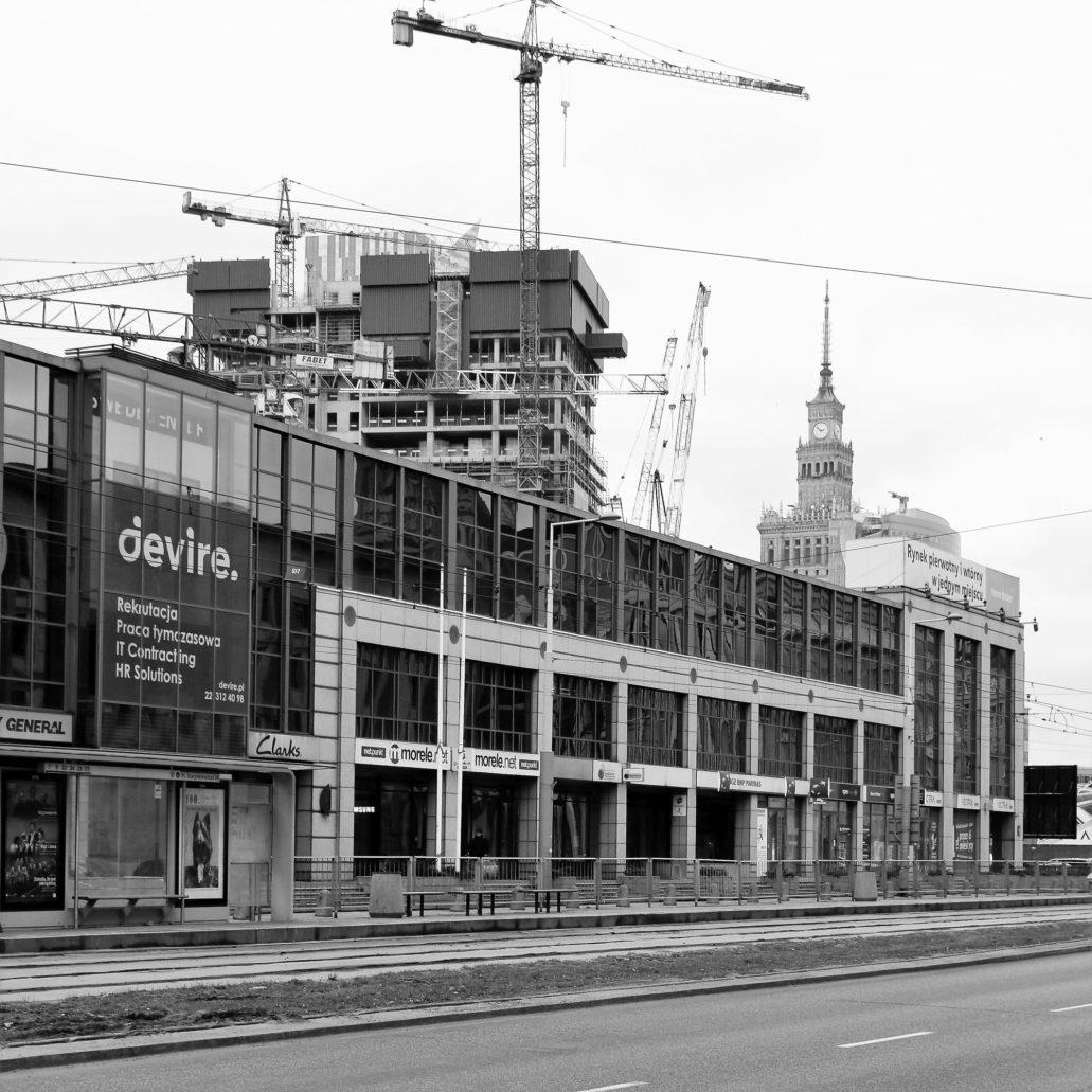 """Warszawa. Al. Jerozolimskie. To samo miejsce dziś. Dawny budynek IKEA zasłania kolejowy blok mieszkalny. Wieża """"Varso"""" za kilkanaście miesięcy zasłoni widok na Pałac Kultury i Nauki."""