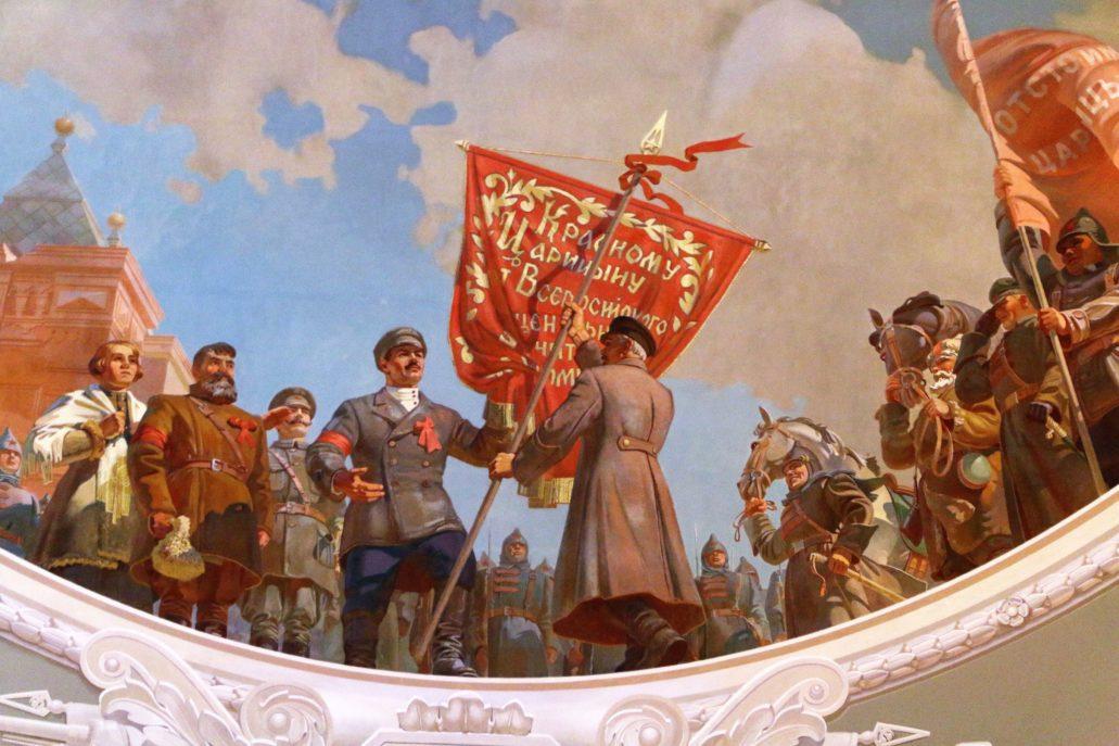 Wołgograd. Dworzec kolejowy. Plafon o tematyce wojennej na stropie poczekalni. Stalin przekazujący czerwony sztandar przedstawicielom miasta Carycyn w 1918 r. Fot. Jerzy S. Majewski