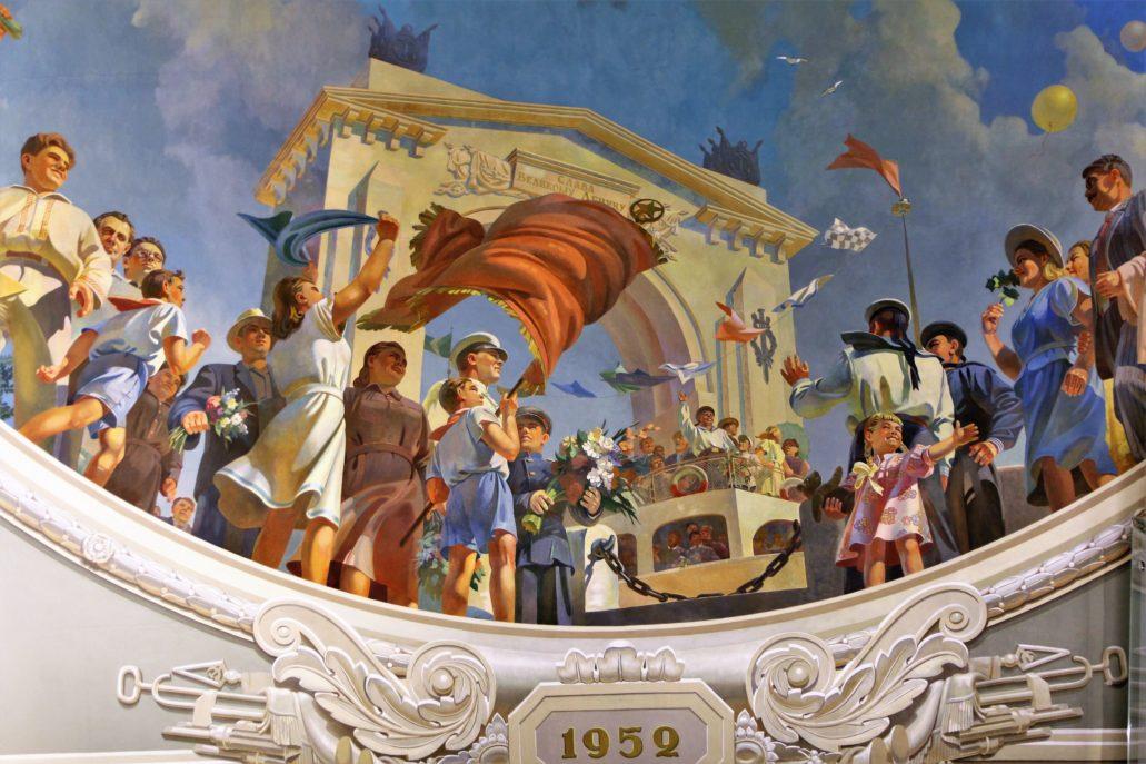 """Wołgograd. Dworzec kolejowy. Fragment plafonu """"Pokój"""" ze sceną otwarcia kanału Wołga – Don w maju 1952 r. Patrząc na tłum radosnych """"ludzi pracy"""" jakby wziętych wprost z radzieckich komedii z lat 50., warto pamiętać, że kanał po wojnie budowany był siłami """"wrogów ludu"""", czyli więźniów politycznych. Liczba robotników zmarłych przy budowie wciąż jest nieznana. Fot. Jerzy S. Majewski"""