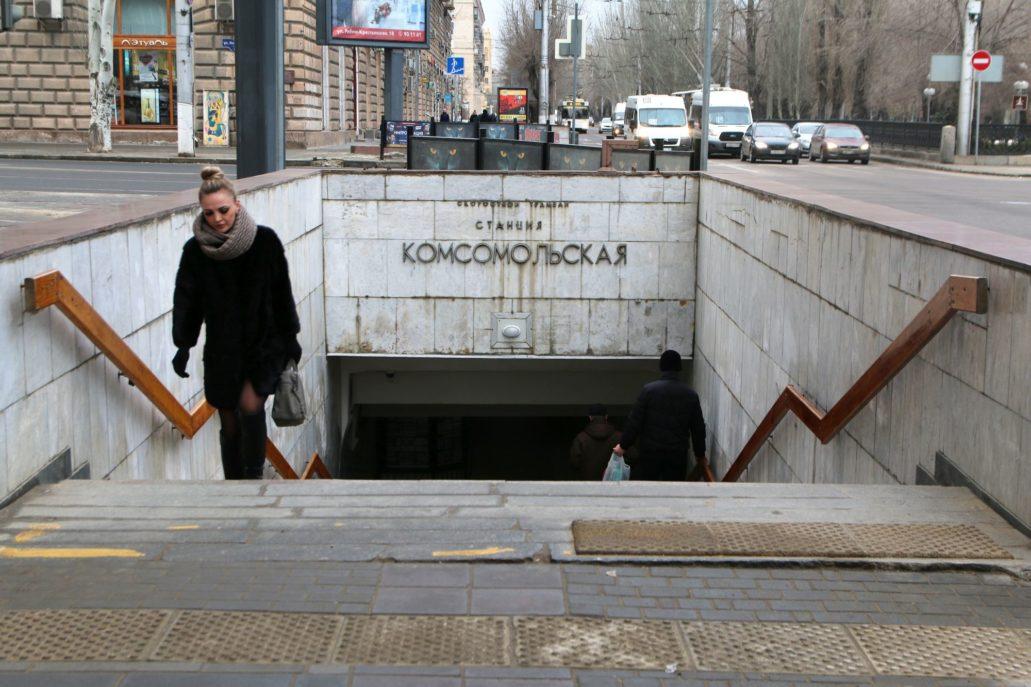 Wołgograd. Szybki tramwaj. Wyjście ze stacji Komsomolskaja pełniące jednocześnie funkcję przejścia podziemnego. Stacja ta znajduje się w najbardziej centralnym punkcie miasta. Fot. Jerzy S. Majewski