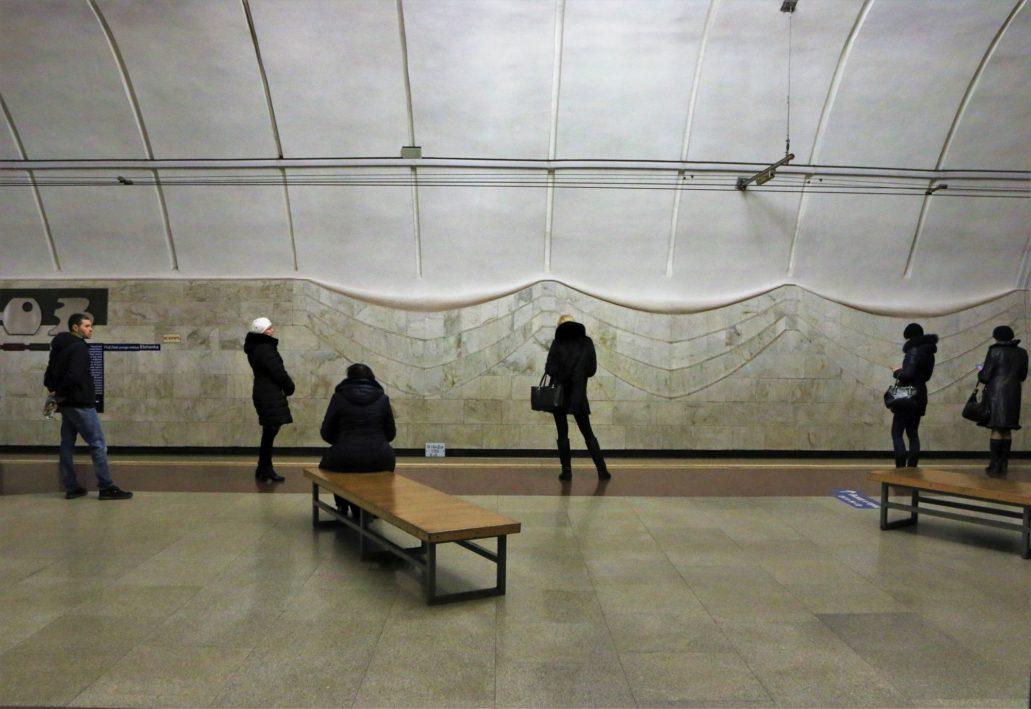 Wołgograd. Szybki Tramwaj. Stacja TJUZ czyli Teatr Jużnowo Zritiela (Teatr Młodego Widza) otwarta w 2011 r. Jej ściany wyłożone zostały białym marmurem, a na stropie zawieszono ozdobne żyrandole. Fot. Jerzy S. Majewski